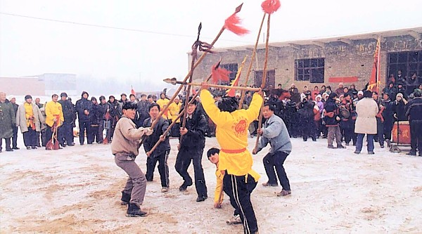 Four people demonstrate Meihuazhuang's weapons in rural Hebei
